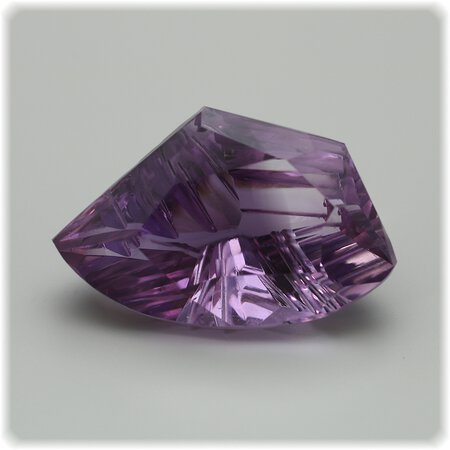 Amethyst facettiert Fantasie Schliff Carving 25,4 x 15,4 mm / 22,48 ct.